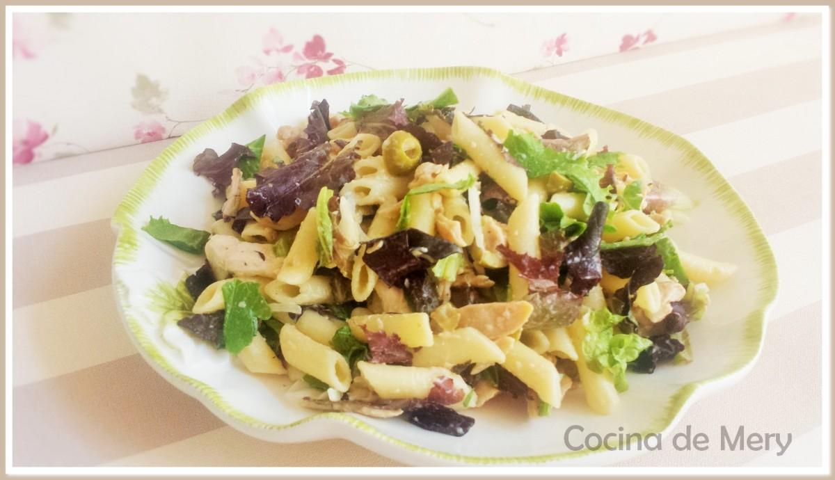Ensalada con pasta, pollo (o tofu para vegetarianos), verduras y brotes tiernos